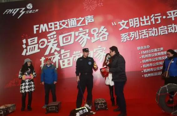 全杭州要回家的人都堵在这了!有一群人默默坚持了12年,只为一份温暖