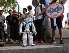"""""""智能文明机器人""""和志愿者一起公益倡导"""