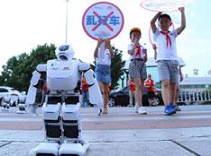 """""""智能文明机器人""""在绍兴火车站公益倡导"""